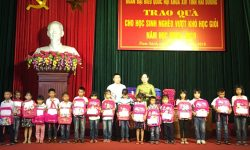 An Phat Holdings and the National Assembly Delegation of Hai Duong Province gave gifts to poor students in Nam Sach district