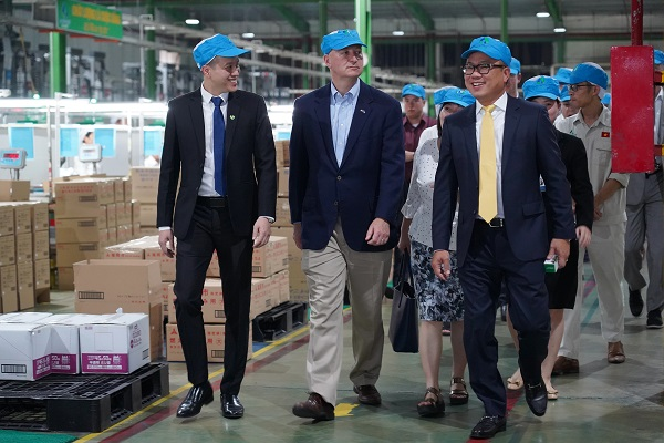 Chairman of An Phat Holdings led the delegation to visit the factory