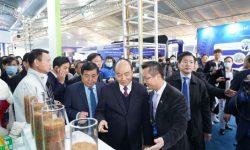 Thủ tướng Nguyễn Xuân Phúc thăm và trải nghiệm sản phẩm của APH tại TL Quốc tế Đổi mới Sáng tạo 2021