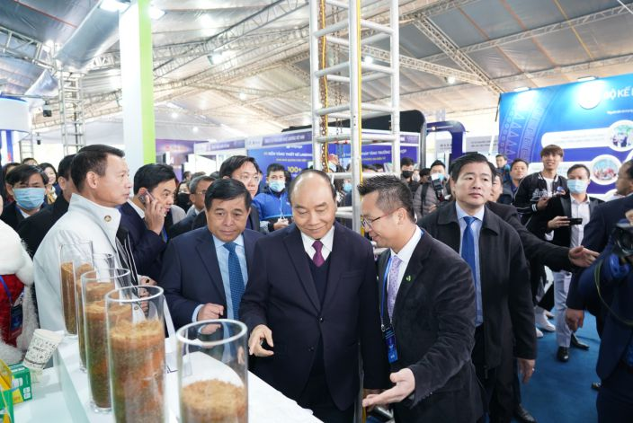 Prime Minister Nguyen Xuan Phuc visits and experiences An Phat Holdings' products at Vietnam International Innovation Expo 2021