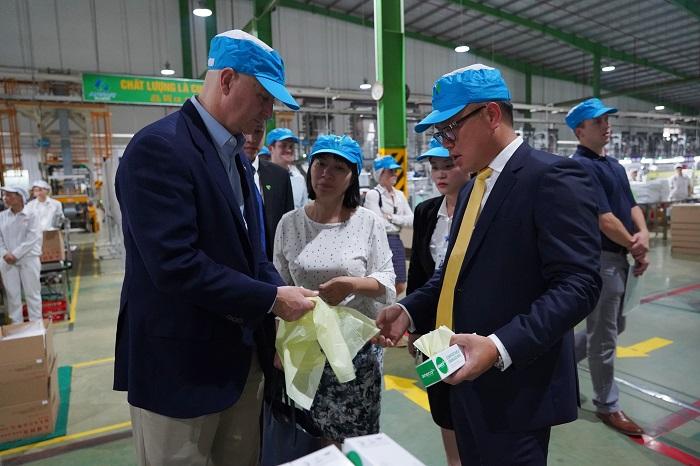Chủ tịch HĐQT An Phát Holdings Phạm Ánh Dương (bên phải) giới thiệu các sản phẩm sinh học phân hủy hoàn toàn AnEco tới Thống đốc bang Nebraska Pete Ricketts (bên trái)