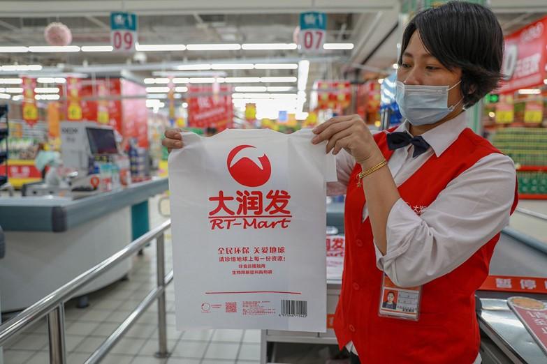 Túi có khả năng phân hủy được bán trong RT-Mart ở thành phố Hải Khẩu, tỉnh Hải Nam