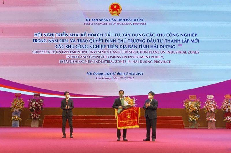 Ông Nguyễn Lê Trung - Tổng Giám đốc CTCP Nhựa An Phát Xanh nhận Cờ thi đua