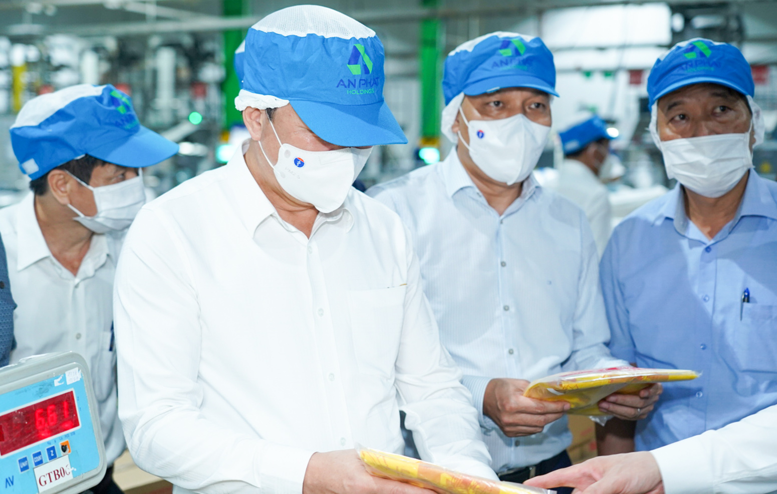 The delegation visits An Phat Holdings' manufacturing plant