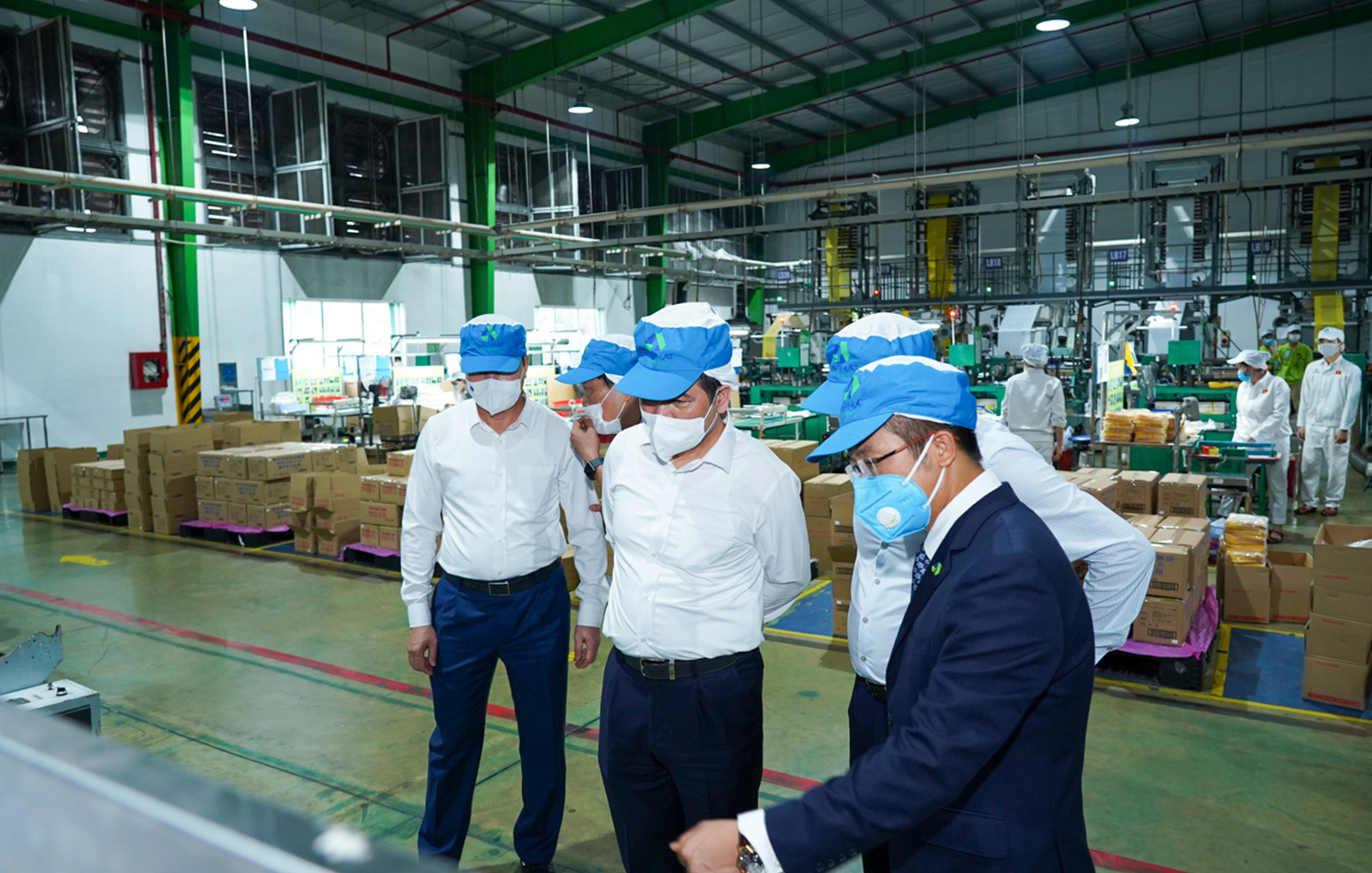 Vice Chairman, CEO Dinh Xuan Cuong introduces An Phat Holdings' manufacturing plant to the delegation